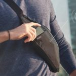 Поясная сумка POKIT имеет встроенный аккумулятор для беспроводной зарядки смартфона